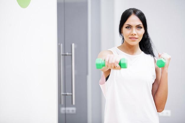 Kobieta fitness. sport dziewczyna w siłowni robi ćwiczenia