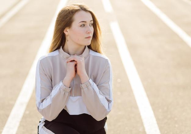 Kobieta fitness trening na świeżym powietrzu, żyje aktywny zdrowy