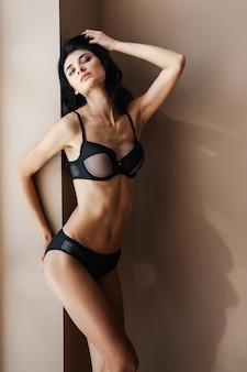 Kobieta fitness w seksownej bieliźnie