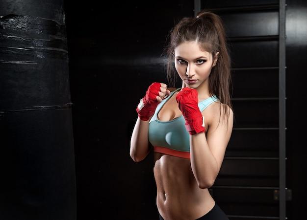 Kobieta fitness z czerwonymi bandażami bokserskimi
