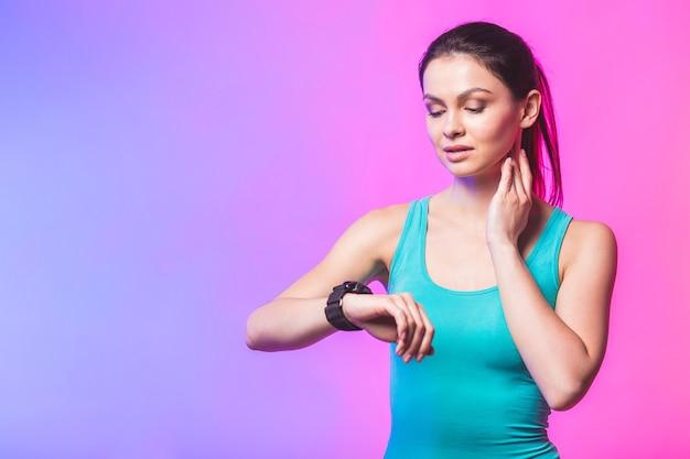 Kobieta fitness za pomocą urządzenia do śledzenia fitness na nadgarstku