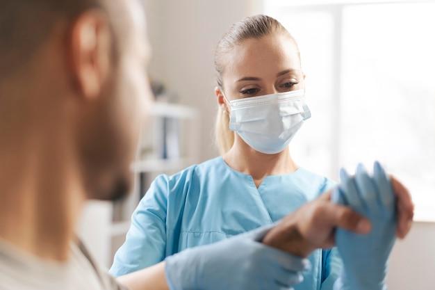Kobieta fizjoterapeuty sprawdzanie nadgarstka mężczyzny