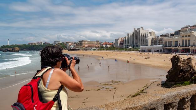 Kobieta fotograf fotografuje miasto biarritz