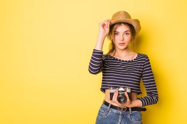 Kobieta fotograf piękna kaukaski brunetka młoda dziewczyna na żółtym tle