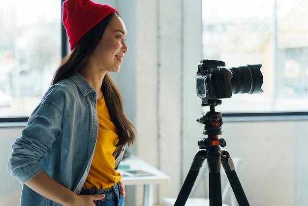 Kobieta fotograf pracuje