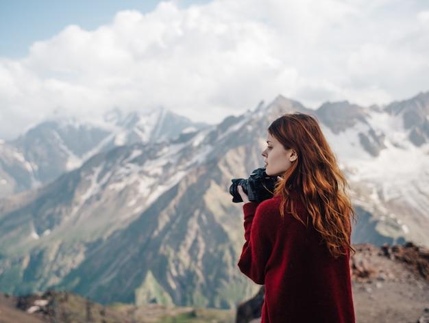 Kobieta fotograf w górach
