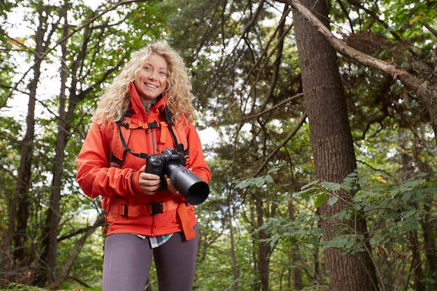 Kobieta fotograf w lesie