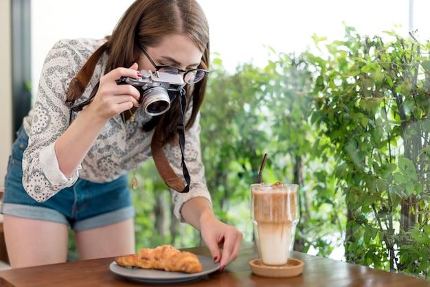 Kobieta fotograf żywności croissant photography concept