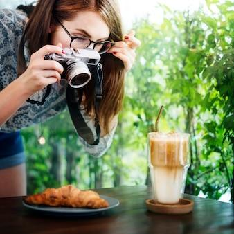 Kobieta fotografa croissant fotografii karmowy pojęcie