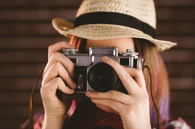 Kobieta fotografuje od rocznika kamery