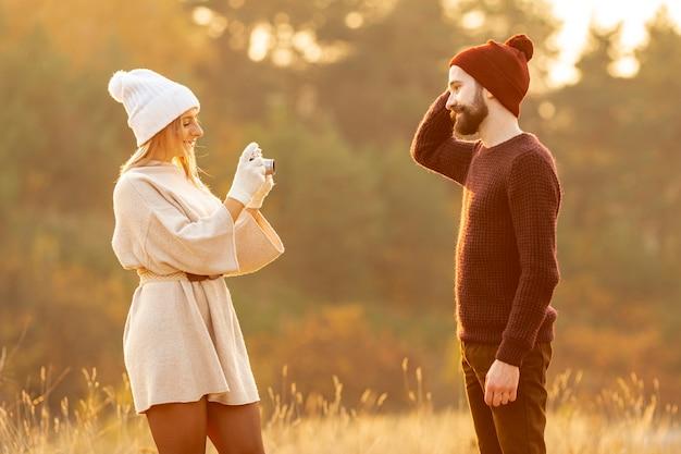 Kobieta fotografuje swojego przyjaciela