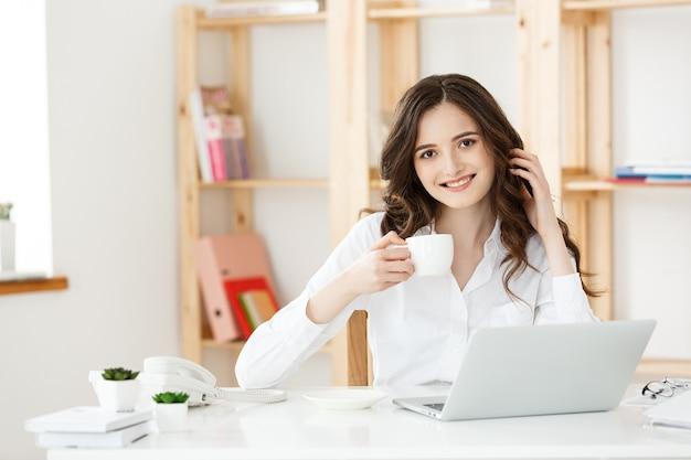 Kobieta freelancer lub kobieta biznesu używane labtop pracujący w nowoczesnym biurze biznesowym i technologicznym