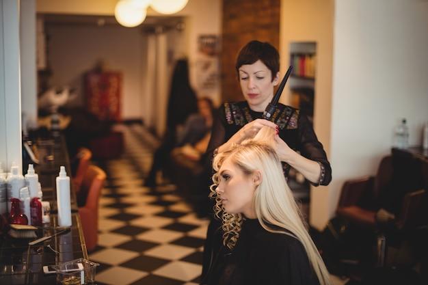 Kobieta fryzjer stylizacji włosów klientów