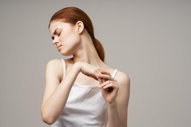 Kobieta gestykuluje rękami