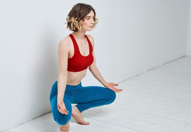 Kobieta gimnastyczka ćwiczy aktywny tryb życia asan