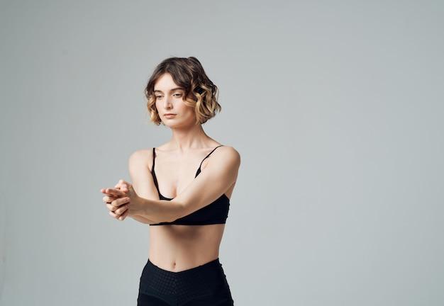 Kobieta gimnastyczka joga równowaga asana aktywny tryb życia