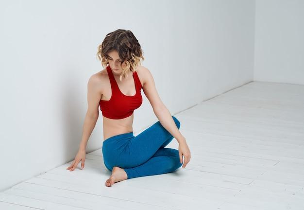 Kobieta gimnastyczka joga równowaga fitness szczupła sylwetka