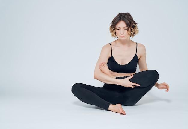 Kobieta gimnastyczka równowagi jogi na białym tle