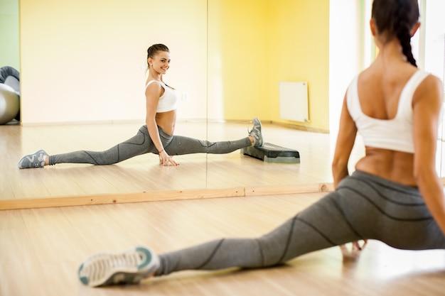 Kobieta gimnastyka aerobik spokój dopasowanie
