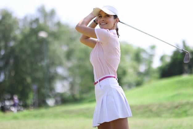 Kobieta golfista na portret klubu