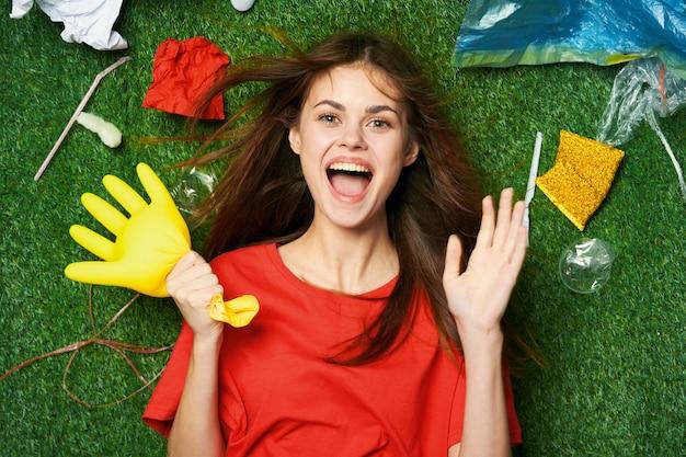 Kobieta góry śmieci, sortowanie śmieci, emisje śmieci do natury
