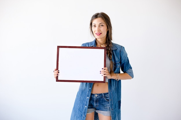 Kobieta gospodarstwa puste białe afisz lub plakat