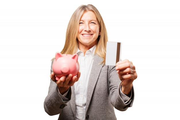 Kobieta gospodarstwa skarbonka wieprzowych i kartę kredytową