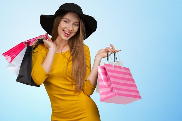 Kobieta gospodarstwa torby na zakupy