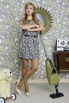 Kobieta gospodyni retro odkurzacz vintage