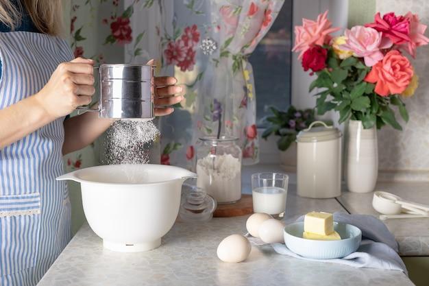 Kobieta gotowania ciasta w domowej kuchni. proces gotowania