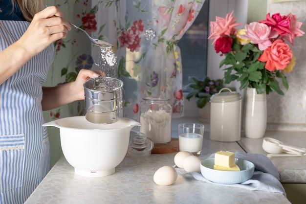 Kobieta gotowanie w domowej kuchni