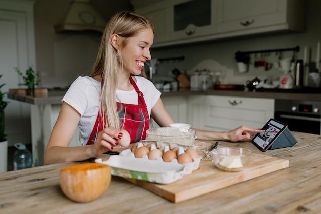 Kobieta gotowanie z tabletem
