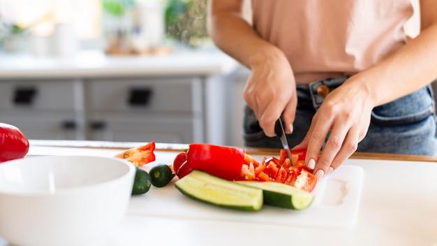 Kobieta gotuje w kuchni