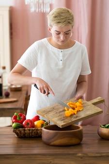 Kobieta gotuje zdrowe jedzenie