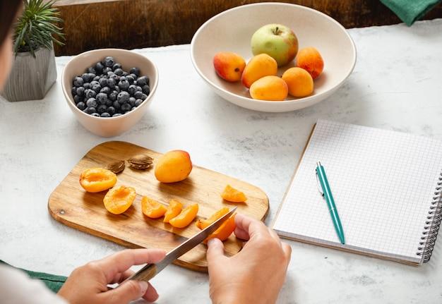 Kobieta gotuje zdrowego jedzenie w kuchni. zdrowy styl życia dieta koncepcja żywności