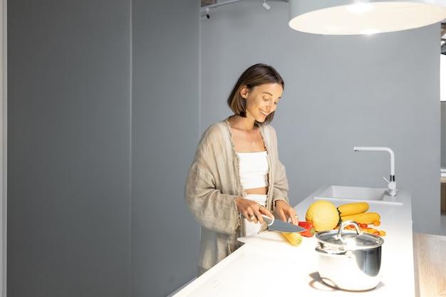 Kobieta gotuje zdrowo w nowoczesnej kuchni