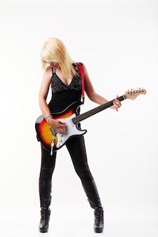 Kobieta gra na gitarze elektrycznej