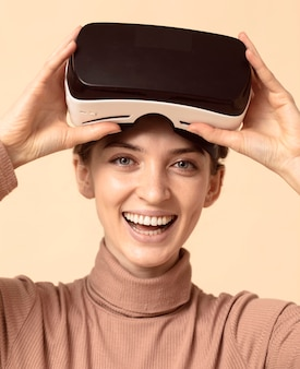 Kobieta gra na zestawie słuchawkowym wirtualnej rzeczywistości i uśmiecha się