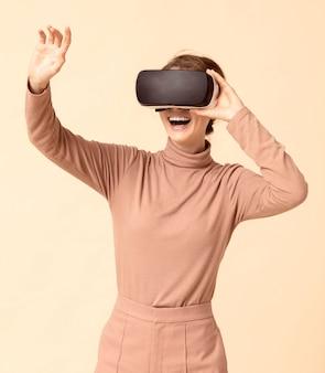 Kobieta gra na zestawie słuchawkowym wirtualnej rzeczywistości