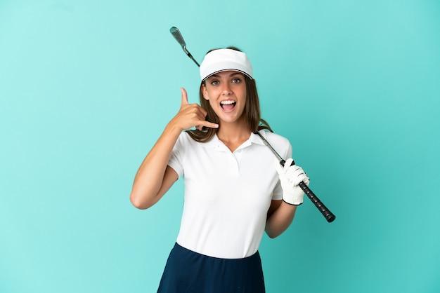 Kobieta gra w golfa na odosobnionym niebieskim tle dokonywanie gestu telefonu. oddzwoń do mnie znak