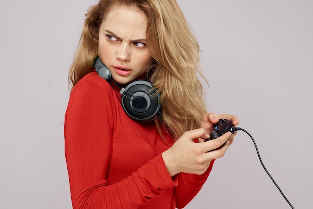 Kobieta gra w grę z kontrolerami