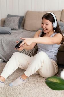 Kobieta gra w gry wideo pełny strzał