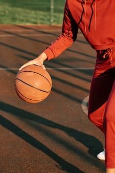 Kobieta gra w koszykówkę na zewnątrz