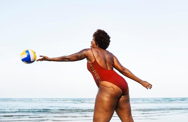 Kobieta gra w plażową siatkówkę