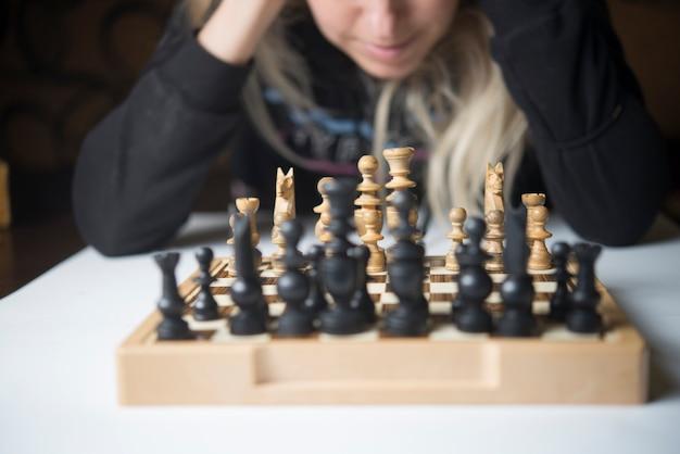 Kobieta gra w szachy