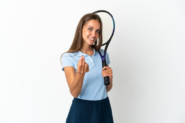Kobieta gra w tenisa nad odosobnioną białą ścianą gest zarabiania pieniędzy money