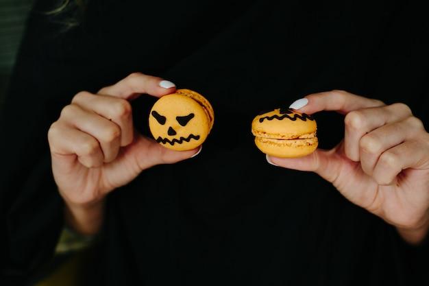 Kobieta gra z dwoma halloween ciasteczka