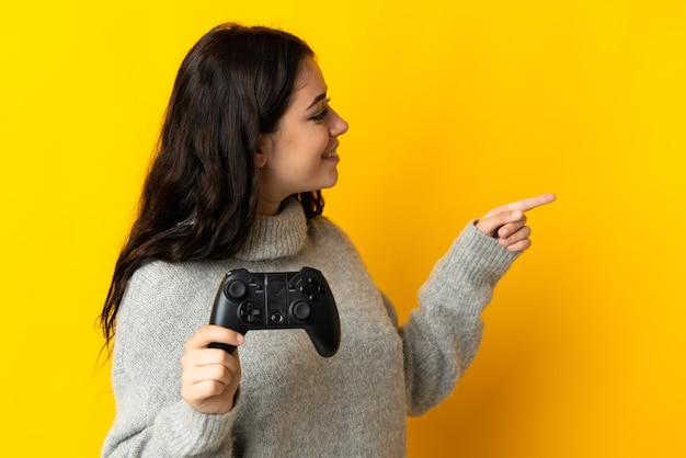 Kobieta gra z kontrolerem gier wideo na białym tle