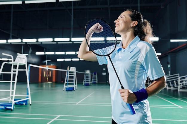 Kobieta gracz badmintona świętuje zwycięstwo