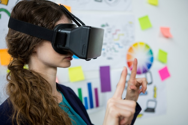 Kobieta grafik korzystająca z zestawu wirtualnej rzeczywistości